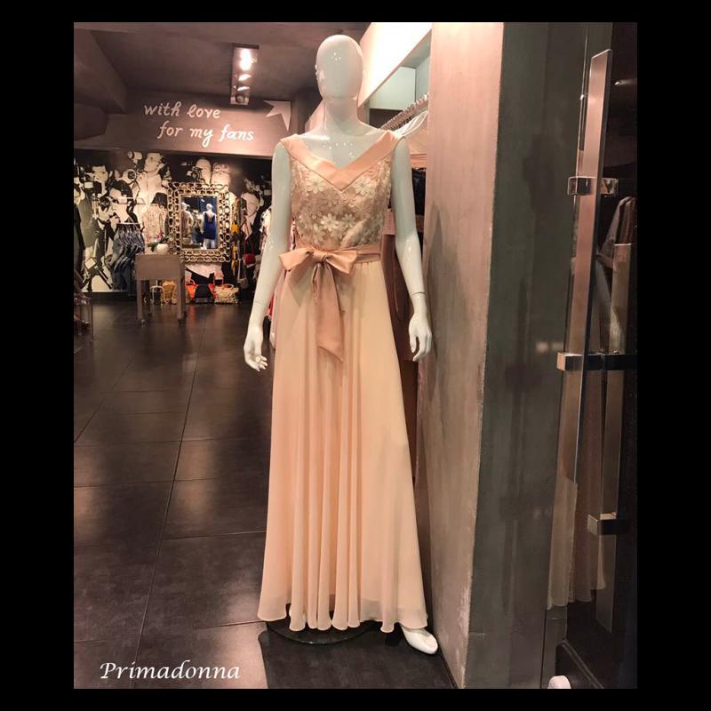 Maxi φόρεμα με V λαιμόκοψη και ροζ ζώνη