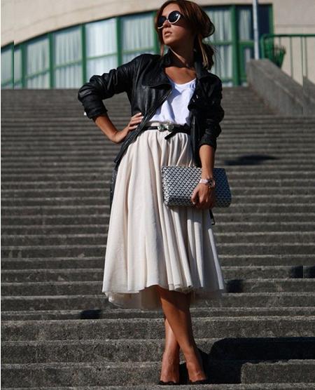 Οι midi φούστες είναι πολύ θηλυκές και κομψές